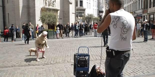 Une vieille dame se l�che compl�tement � Bruxelles