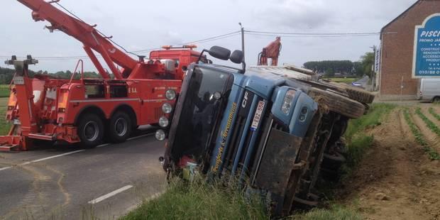 Perwez: un camion finit dans le fossé - La DH