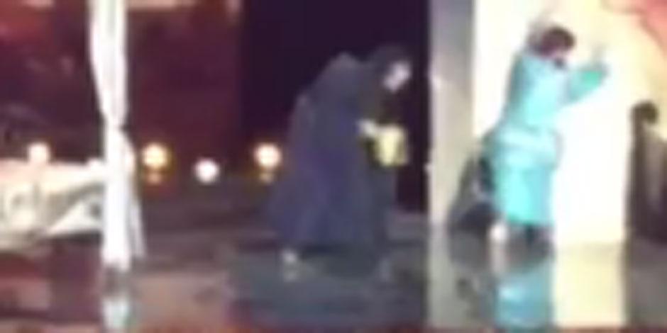 Michaël Youn se vautre sur scène et se blesse (VIDEO)