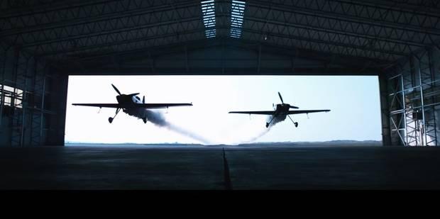 Deux avions traversent un hangar à 300 km/h - La DH