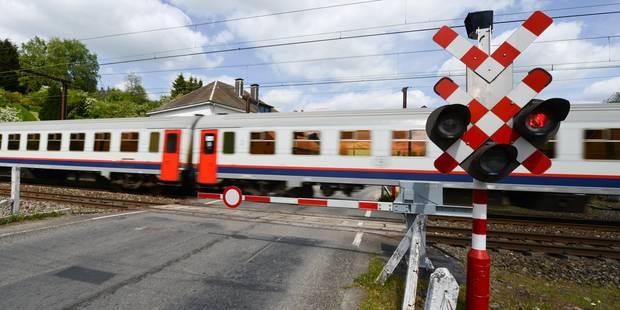 Collision entre un train et une voiture à Zillebeke: les navetteurs évacués - La DH