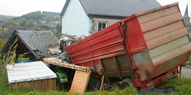 Un tracteur dévale un champ et atterrit dans une maison à Gembes - La DH