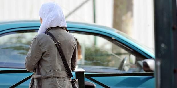 - Le port du voile par les jeunes filles musulmanes encore autorisé dans quatre écoles bruxelloises - Hoofddoek nog toegelaten in 4 brusselse scholen * Athénée Serge Creuz 4/9/2008 *** Local Caption ***