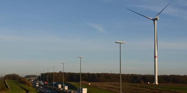 Des éoliennes le long de l'E 411 - La DH