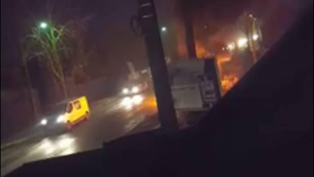 Jurbise: Une voiture en flammes au milieu de la route (VIDEO) - La DH
