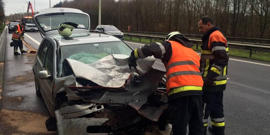 Châtelineau: un conducteur percute une voiture sur la bande d'arrêt d'urgence