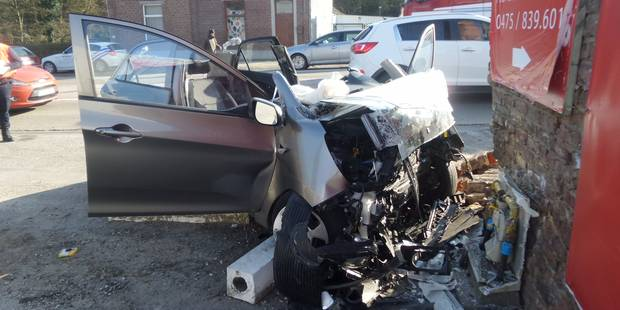 Une voiture percute une façade et une borne de gaz à Anderlues - La DH