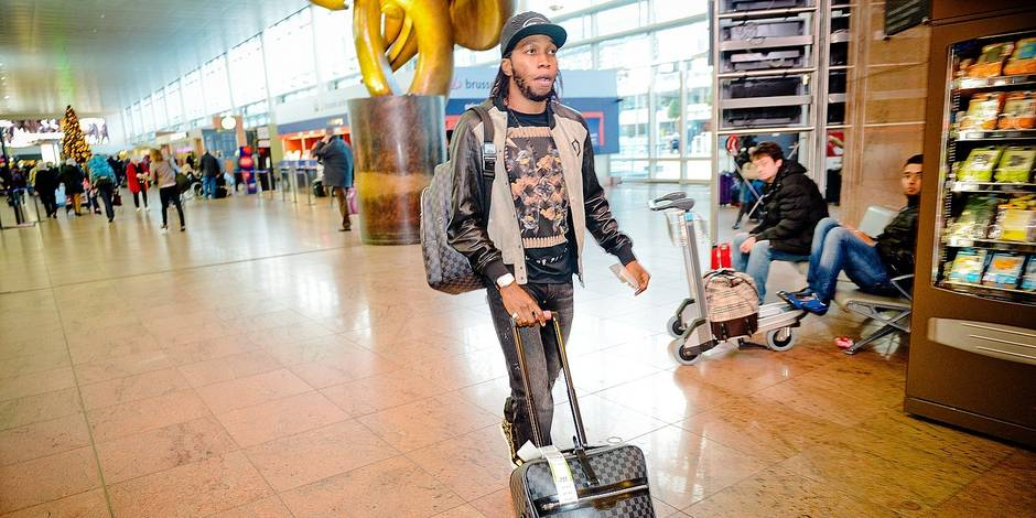 Bruxelles - Aeroport de Zaventem: Dieumerci Mbokani et sa compagne