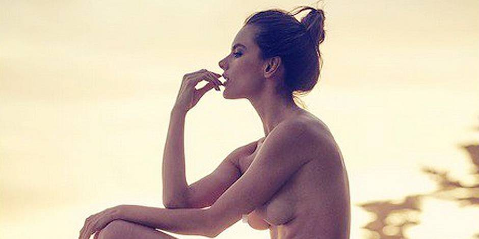 Alessandra Ambrosio nue sur un tronc