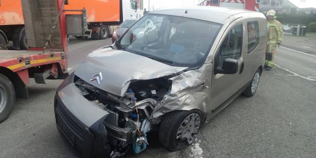 Gosselies: Un semi-remorque heurte une voiture - La DH