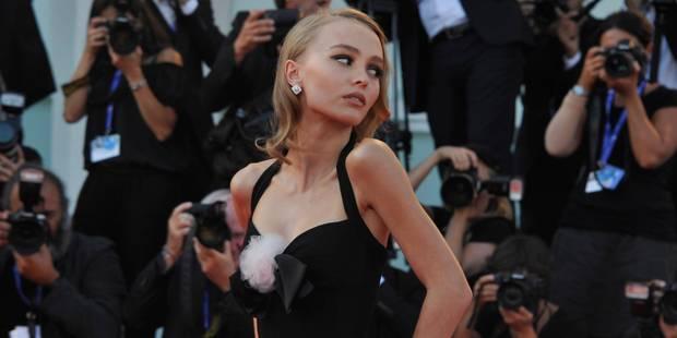 Du haut de ses 17 ans, Lily-Rose Depp enflamme le tapis rouge de la Mostra - La DH