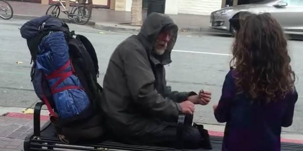 Une petite fille donne son repas à un sans-abri