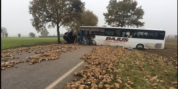 Terrible collision entre un camion et un bus scolaire près d'Arras: un mort et des blessés graves (VIDEO) - La DH