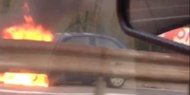 Bruxelles : Une voiture en feu sur l'autoroute (VIDEO) - La DH