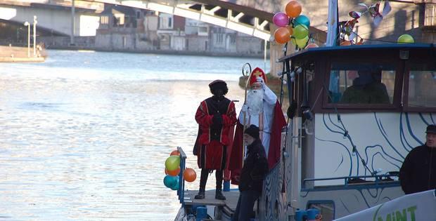 Sur son bateau, saint Nicolas débarque à Namur (VIDEO) - La DH