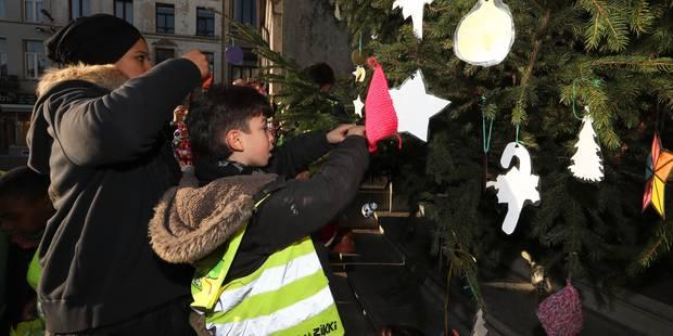 Molenbeek: une centaine de jeunes décorent le sapin de Noël de la maison communale (VIDEO) - La DH