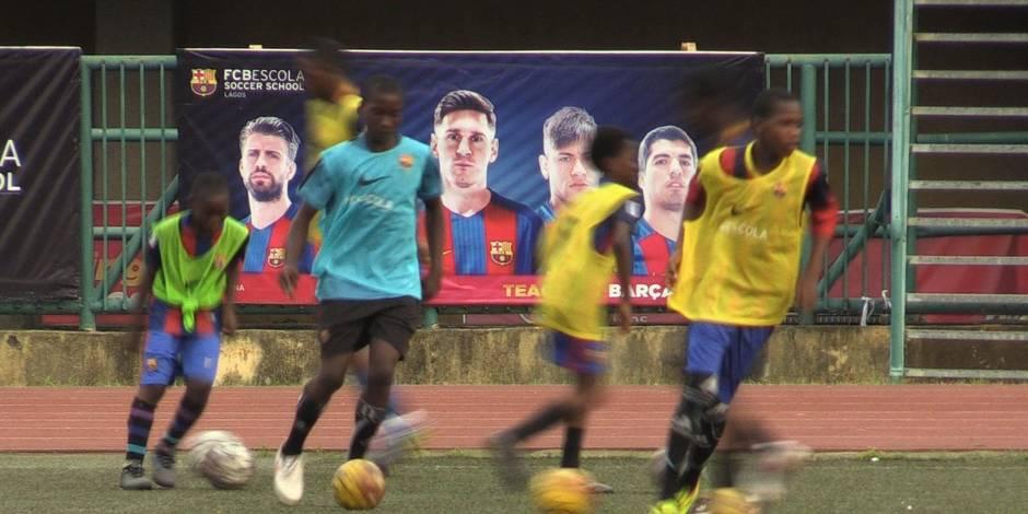 A Lagos, les petits Nigérians rêvent du Barça (VIDEO)