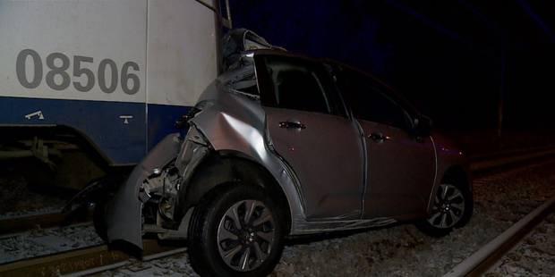 Sa voiture est coincée sur les rails, des jeunes le sauvent in extremis - La DH
