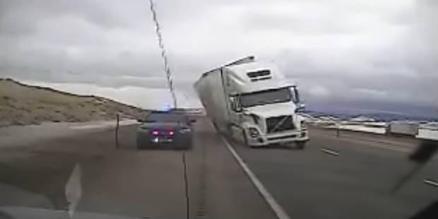 Ce camion écrase une voiture de police à cause... d'un coup de vent - La DH