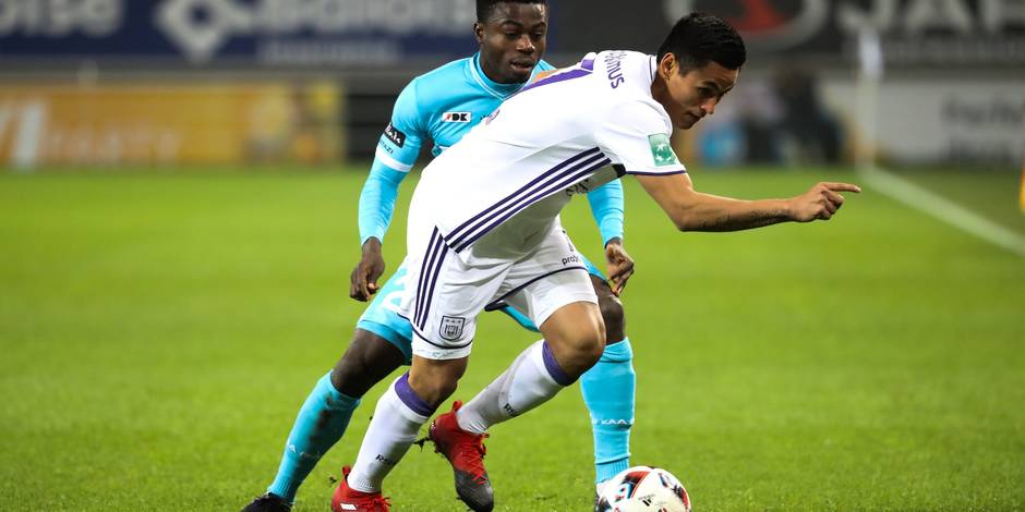 Anderlecht's Andy Najar and Gent's Moses Simon fight for the ball during the Jupiler Pro League match between KAA Gent and RSC Anderlecht, in Gent, Thursday 22 December 2016, on day 20 of the Belgian soccer championship. BELGA PHOTO VIRGINIE LEFOUR