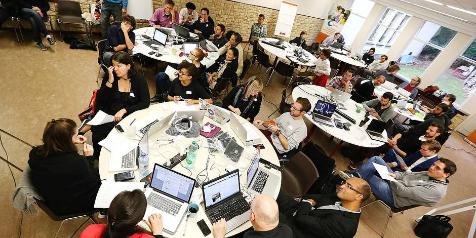 """Lancement du premier """"hackathon"""" bruxellois. La particularité de ce hackathon organisé de concert par Global Enterprise, Tranforma BXL, la Ville de Bruxelles et le Centre informatique de la Région bruxelloise est qu'il met à disposition des développeurs toutes les bases de données de ces pouvoirs publics."""