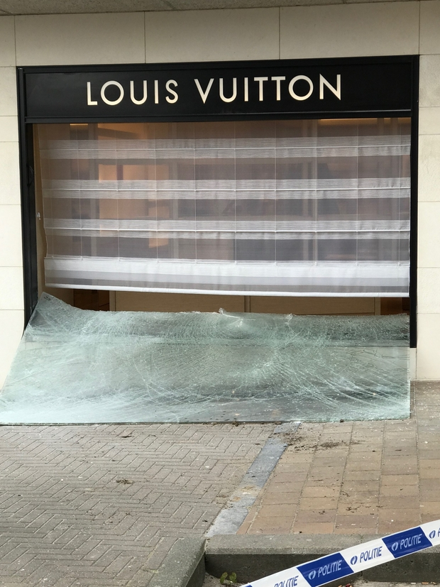 44e214b517f8 Attaque à la voiture-bélier chez Louis Vuitton à Knokke  les 150 ...