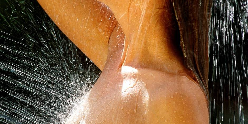 Side profile of a young woman taking a shower Model Release : Available Property Release : Not applicable Chederros / Reporters Ref : S_08_147_050