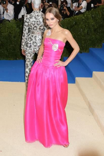 En parlant de Paradis, voici sa fille, Lili-Rose Depp dans une tenue fuschia qui va terriblement bien à sa taille brindille.