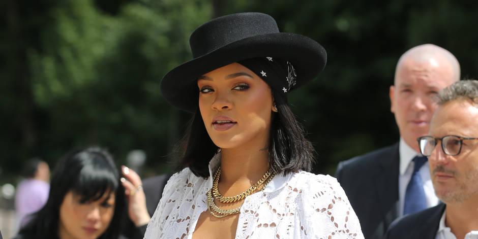 Rihanna roucoule dans une piscine avec un bel inconnu