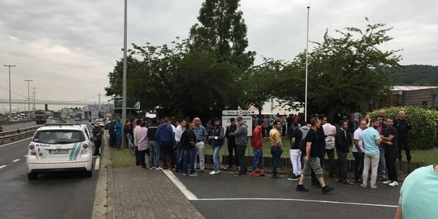 Des centaines de personnes venues s'inscrire au centre d'examen de Wandre pour passer le permis dans leur langue natale ...