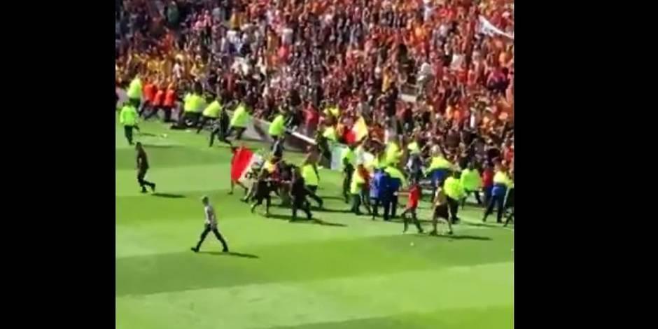 Furieux, les supporters de Lens envahissent le terrain et interrompent la partie (VIDEOS)
