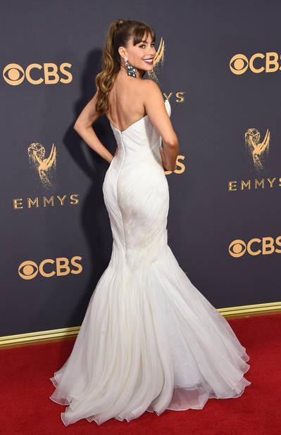 ...et de dos dans une robe blanche moulante qui la met en valeur.