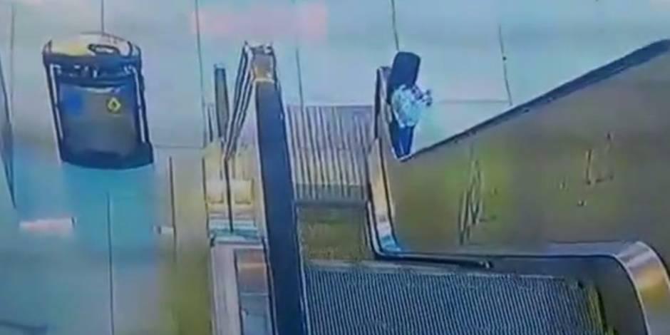 Emportée par une rampe d'escalator, une fillette évite le pire de peu