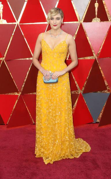 Greta Gerwig en robe jaune                        Rodarte, qui n'est pas sans rappeler la sublime robe safran portée par Michelle Williams il y a plusieurs années.