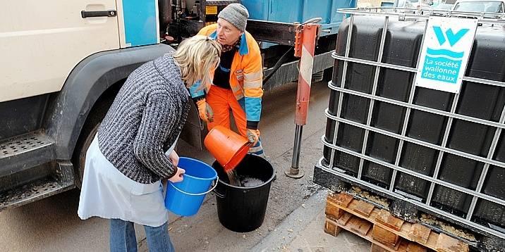 Suite à une coupure d'eau à Verviers, une distribution d'eau à la population est organisée par la SWDE.